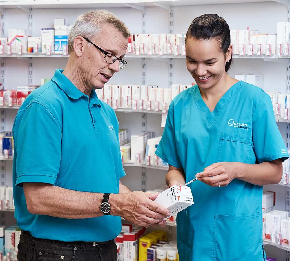 Arzt und Apothekerin im Gespräch