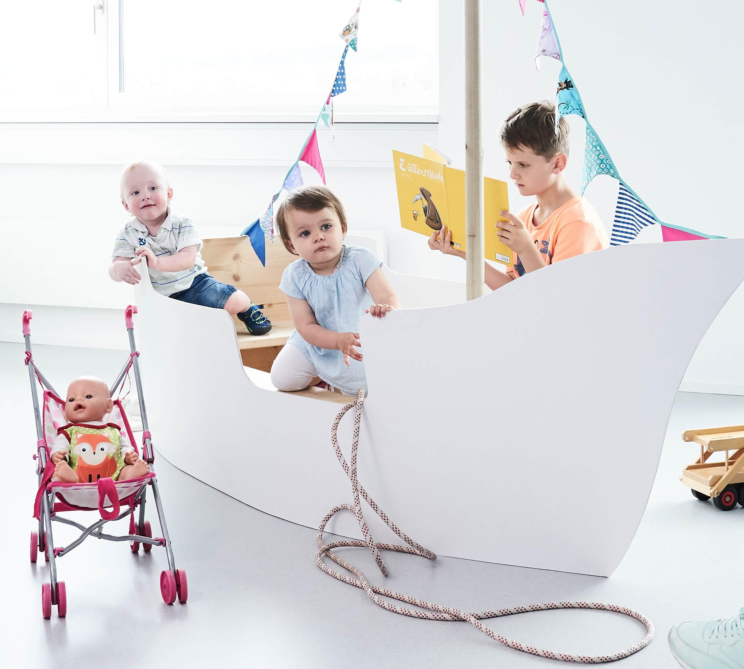 Kinder spielen im Wartezimmer